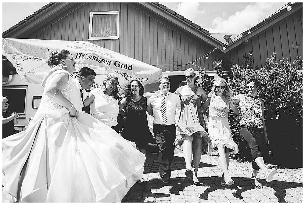 Bernstadt Bären heiraten tanzende Gäste