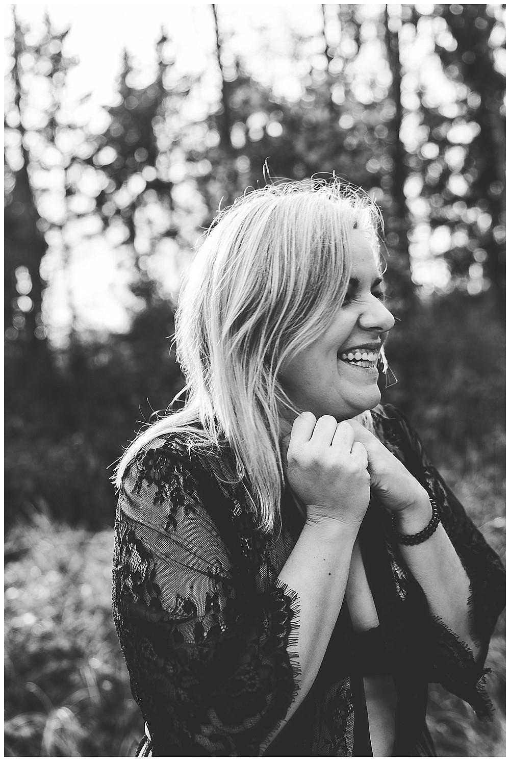 lachende Frau beim Boudoirshootig in Heidenheim