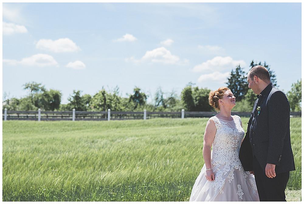 Brautpaarshooting auf dem Feldweg bei Langenau Hochzeitsfotograf Ulm