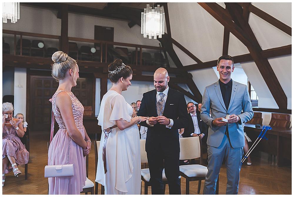 Ringwechsel  im Standesamt Giengen Hochzeitsfotograf Heidenheim