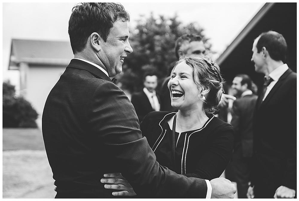 Gast gratuliert lachend Bräutigam