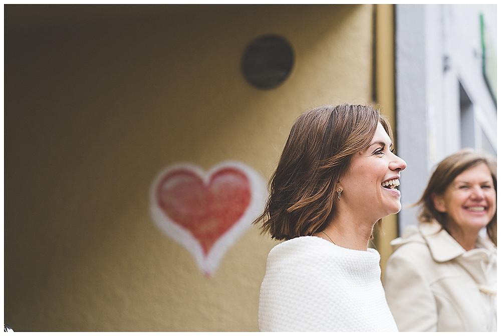 Braut und Mama lachen
