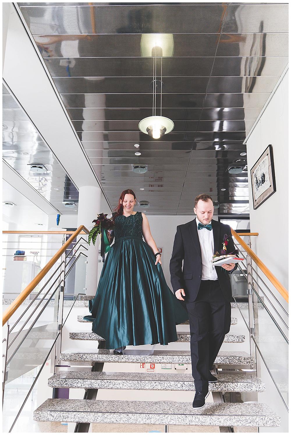 Brautpaar kommt Treppe runter im Rathaus Gertshofen