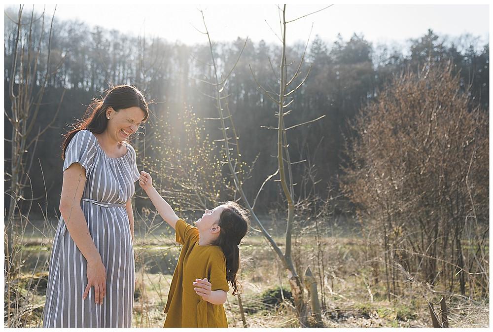 Kind kitzelt Mama sie lacht