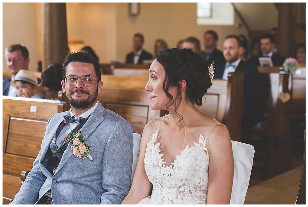 Braut weint vor Rührung in Kirche