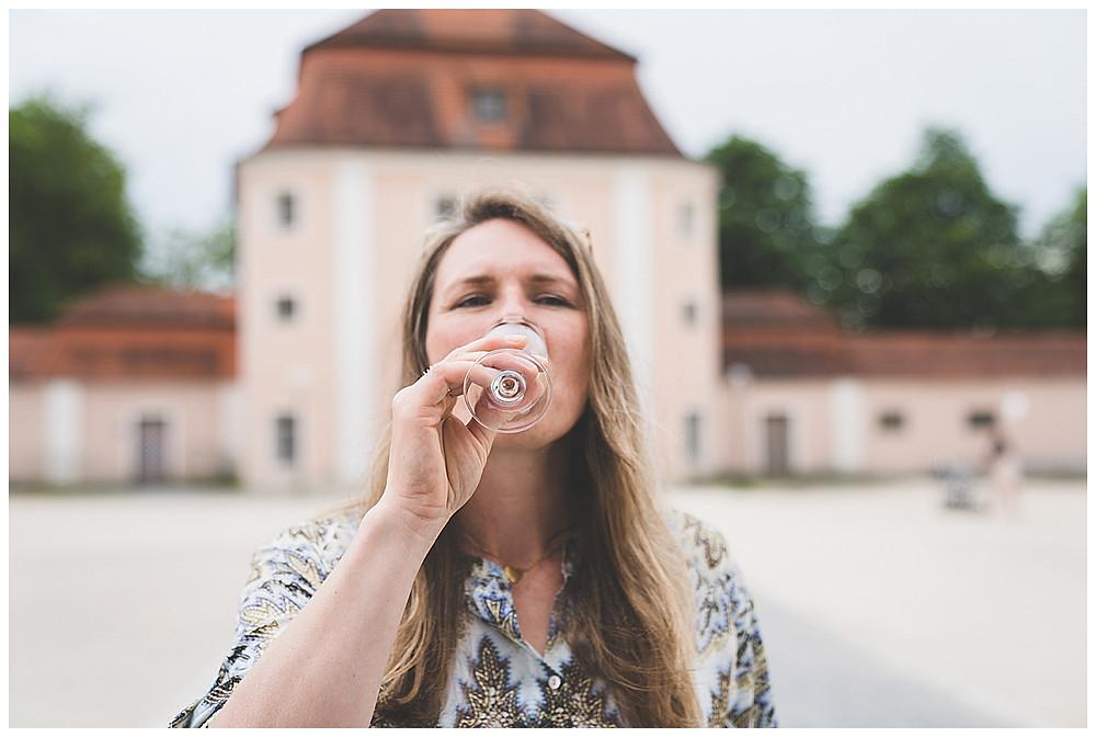 Heiraten im Kloster Wiblingen Frau trinkt Sekt