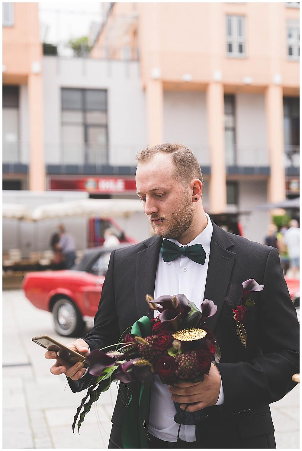 Bräutigam schaut aufs Handy