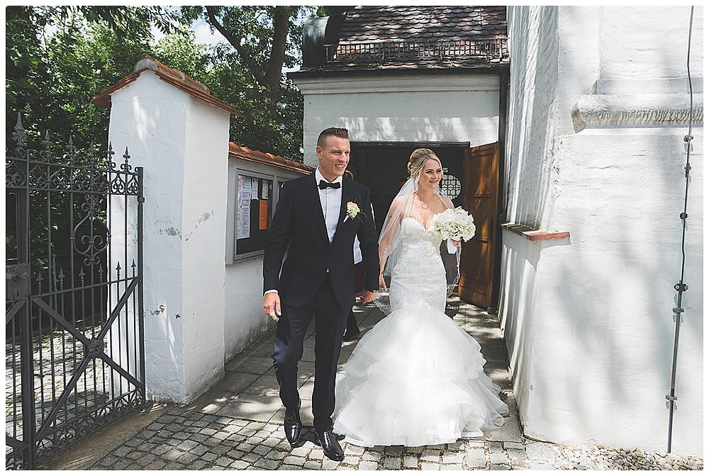 Brautpaar zieht aus Kirche
