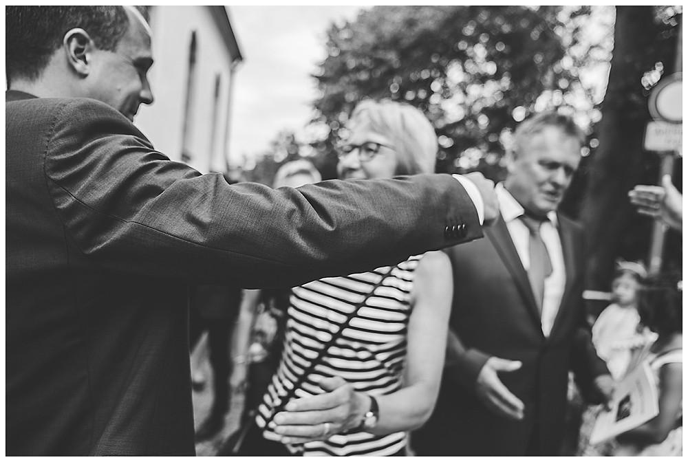 Gratulation Eltern vor Kirche Hochzeit