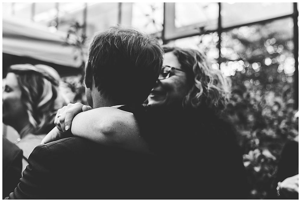 Gäste küssen sich auf Hochzeit