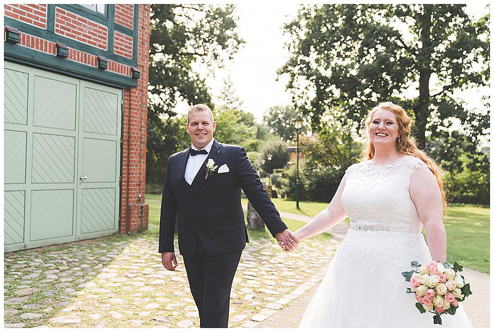 Brautpaar lacht Hand in Hand