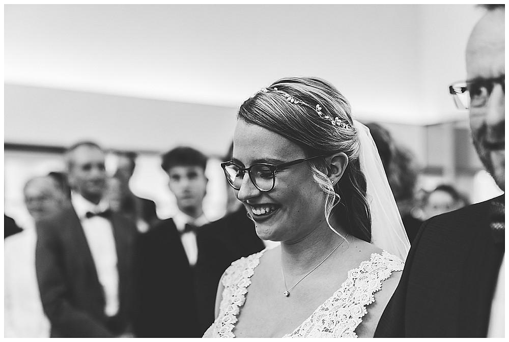 Braut kommt mit Papa in Kirche