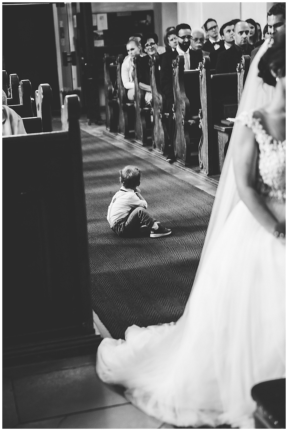 Kind sitzt in Kirche