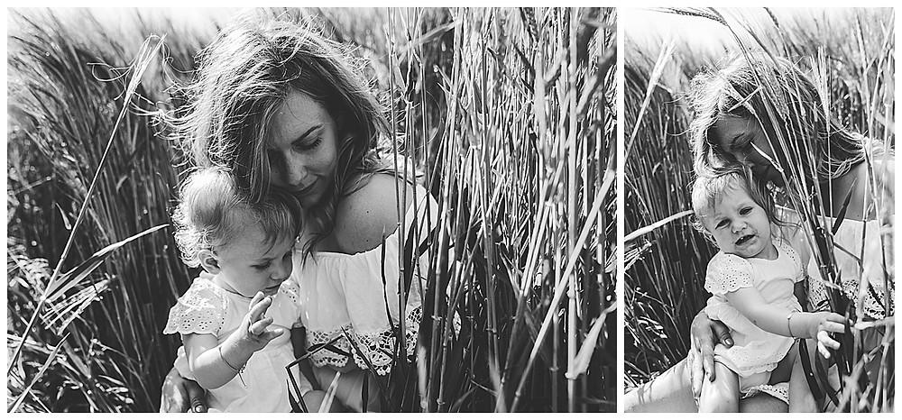 Mama und Tochter kuscheln zusammen  beim Fotoshooting in Augsburg