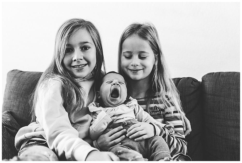 Babyhomereportage Schwestern halten Baby
