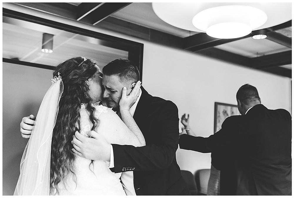 Gratulation nach der Hochzeit im Standesamt Ammersbek  Braut und Bruder weinen