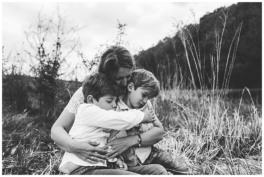 Mama umarmt Kinder Eselsburger Tal