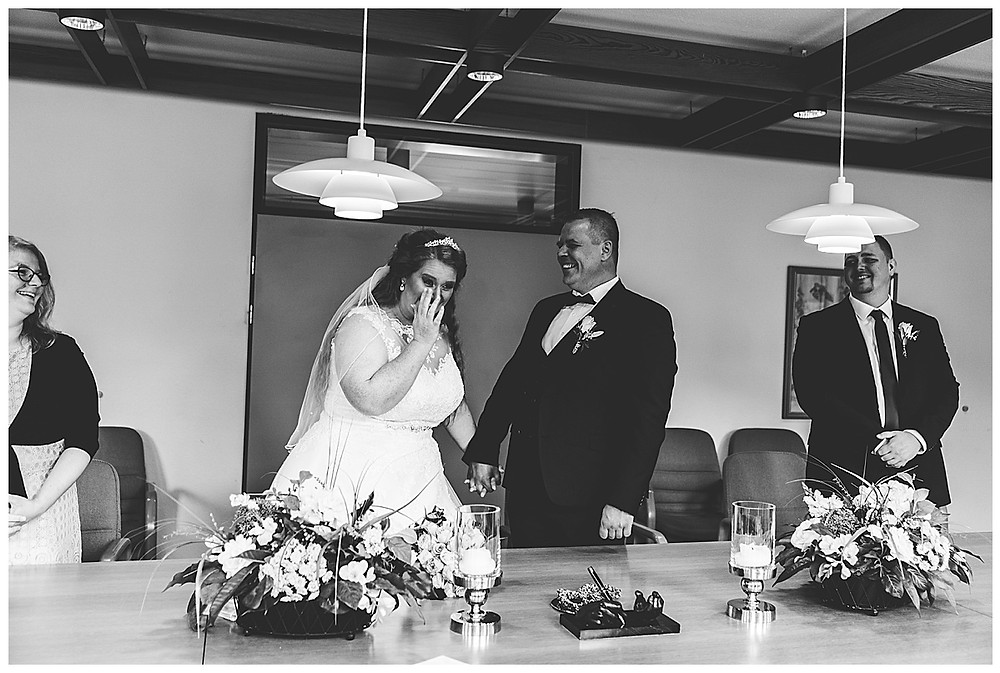 Bräutigam und Braut lachen im Standesamt Ammersbek an