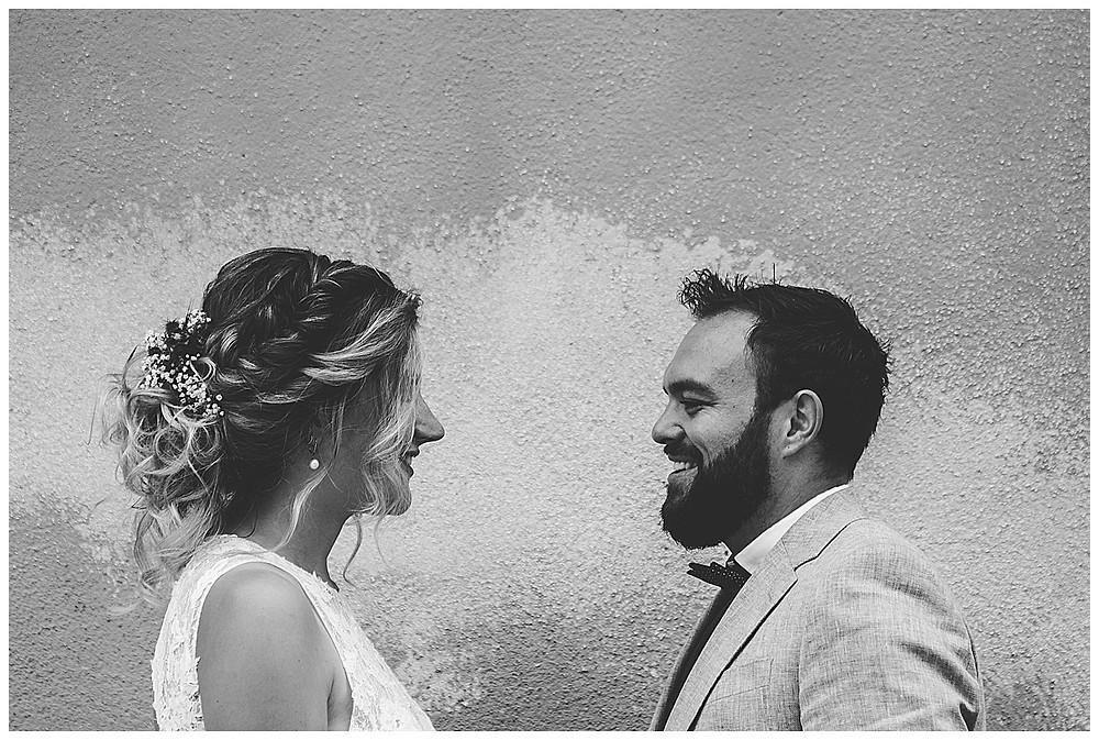 Brautpaar schaut sich in die Augen