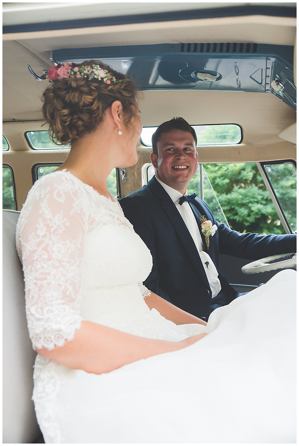 Brautpaar sitzt in VW Bully
