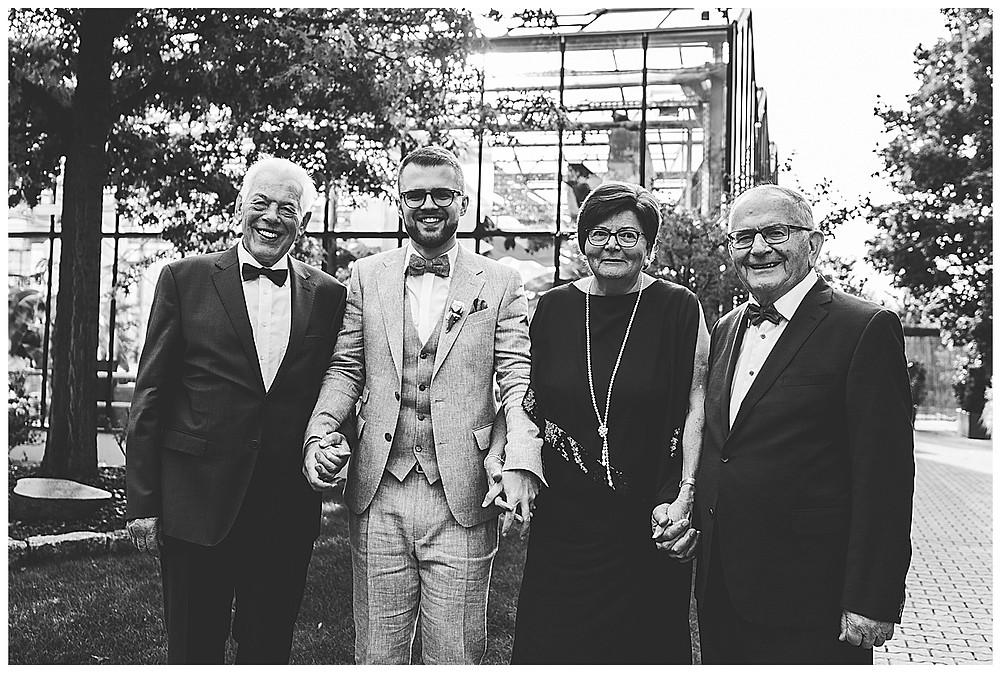 Bräutigam und Großeltern beim Fotoshooting an der Hochzeit in Stuttgart