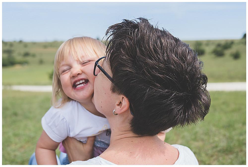 Mama küsst Tochter