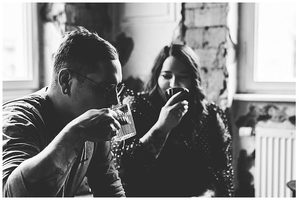 Mann und Frau trinken Tee