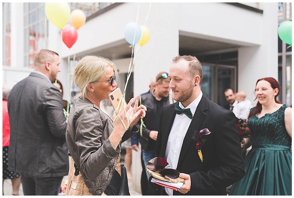 Gratulation Brautpaar vor Rathaus Gersthofen