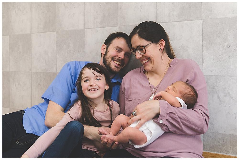 lachende Eltern mit Kindern im Fotostudio