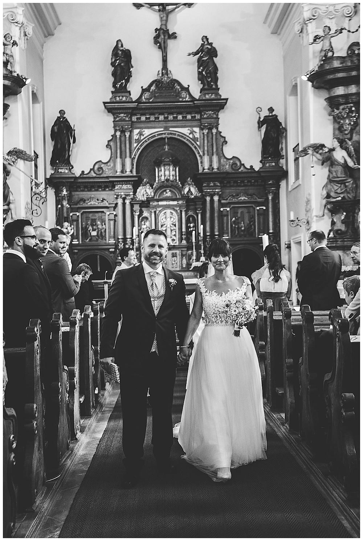 Brautpaar geht aus Kirche