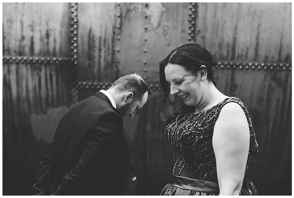 Brautpaarshooting in Augsburg Gaswerk  Braut lächelt
