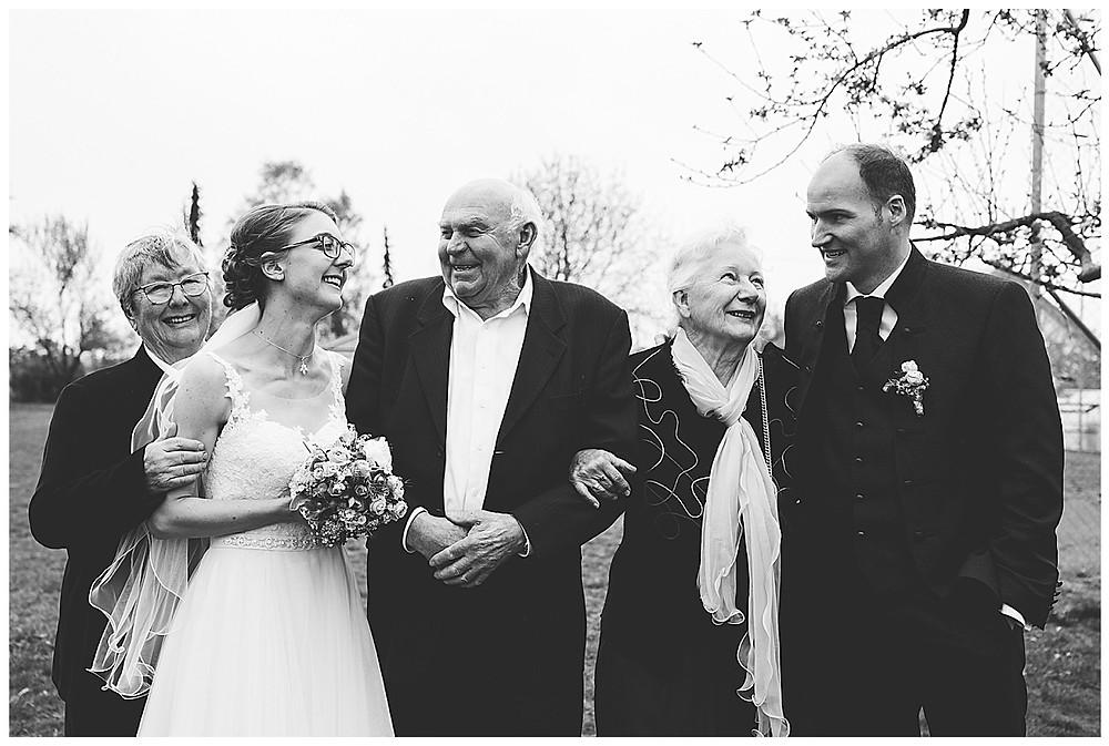 Großelternbild bei Hochzeit mit Brautpaar