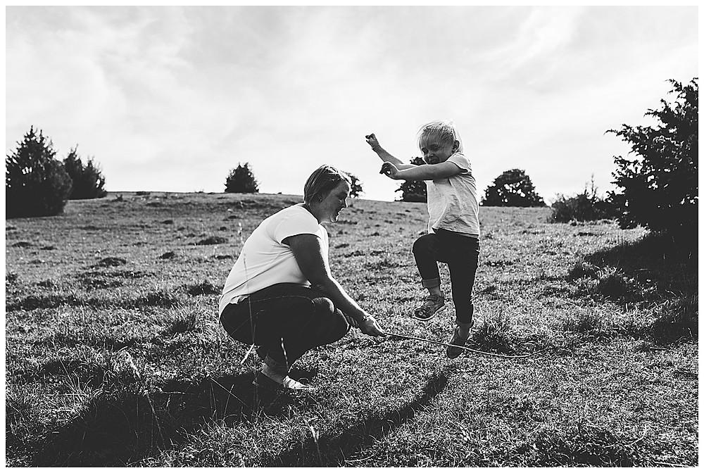 Mama und Tochter spielen