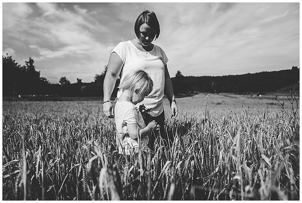 mama und Tochter stehen im Weizenfeld