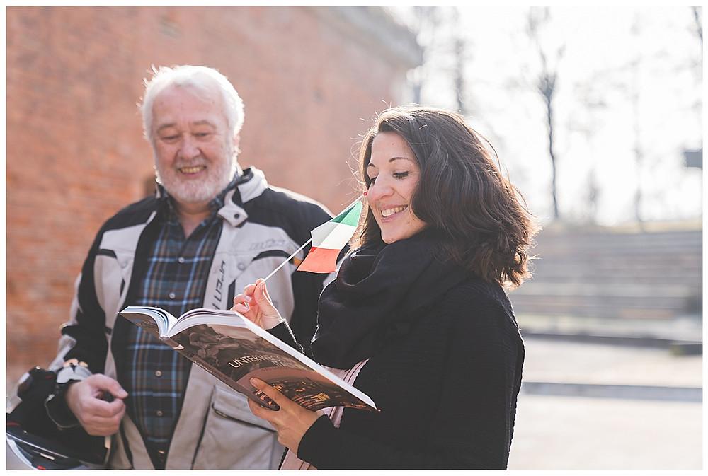 Frau liest Reiseführer mit Papa