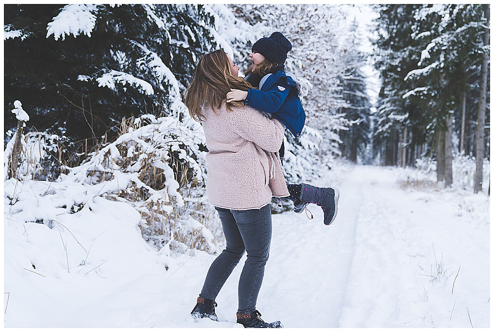 Mama und Tochter im Schnee