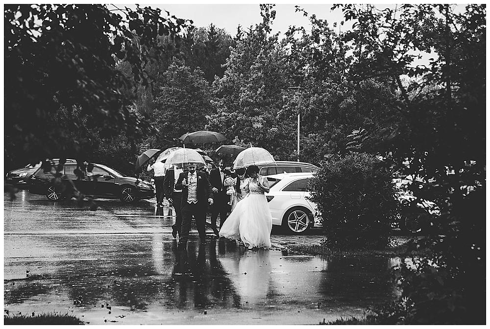 Brautpaar und Gäste kommen an Neuhof am See
