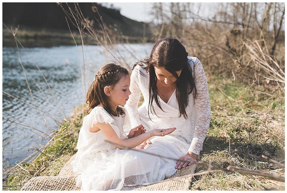 Kind und seine Mama schauen Muscheln an