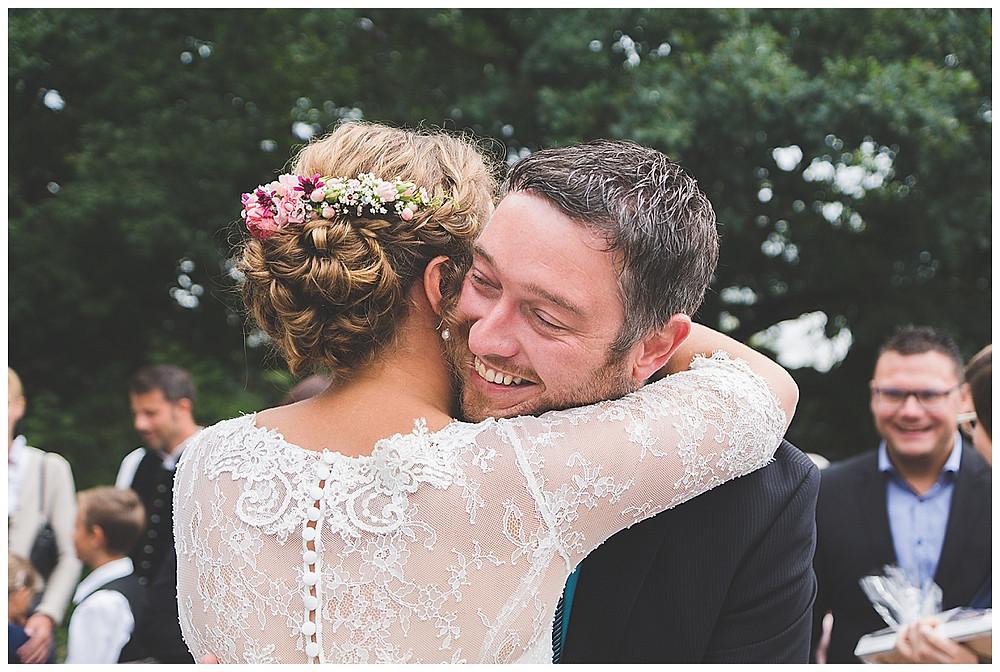 Gratulation des Brautpaares mit Freunden