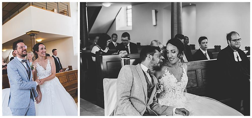 Brautpaar ist glücklich in der Kirche