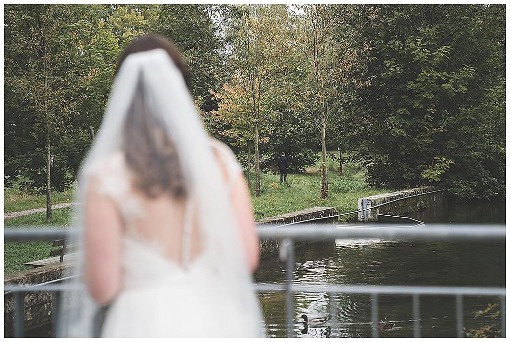 Braut sieht Bräutigam First Look