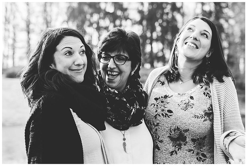 lachende mama  und schwangere Töchter