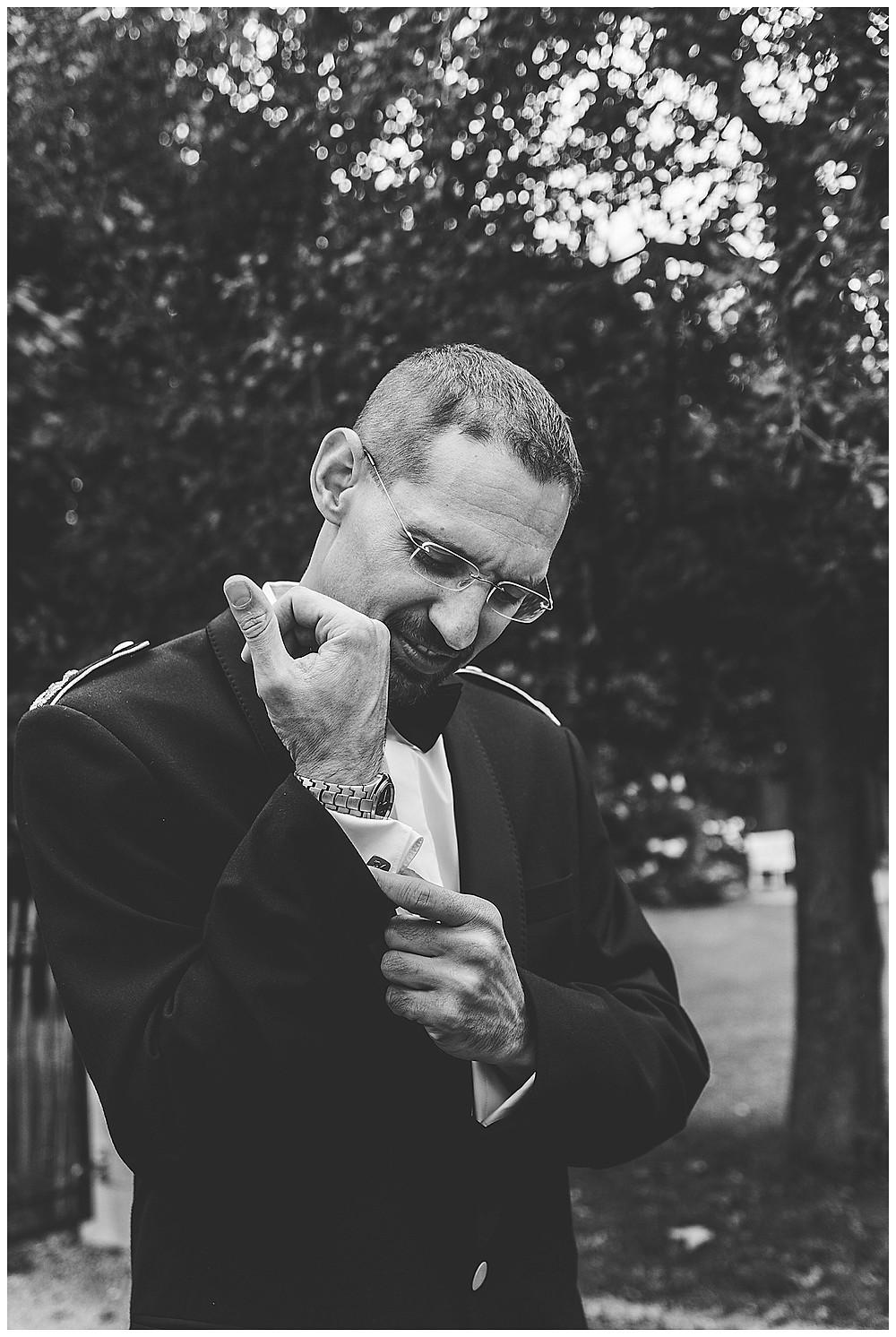Bräutigam macht Knöpfe zu