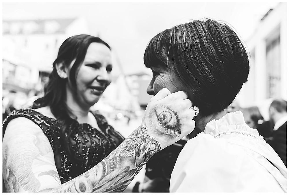 Gratulation Brautpaar vor Rathaus Gersthofen Schwester der Braut weint