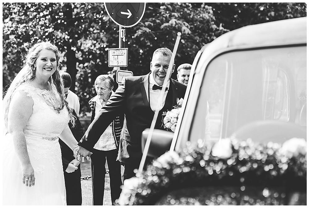 Brautpaar in Ammersbek am Oldtimer Hochzeitsauto