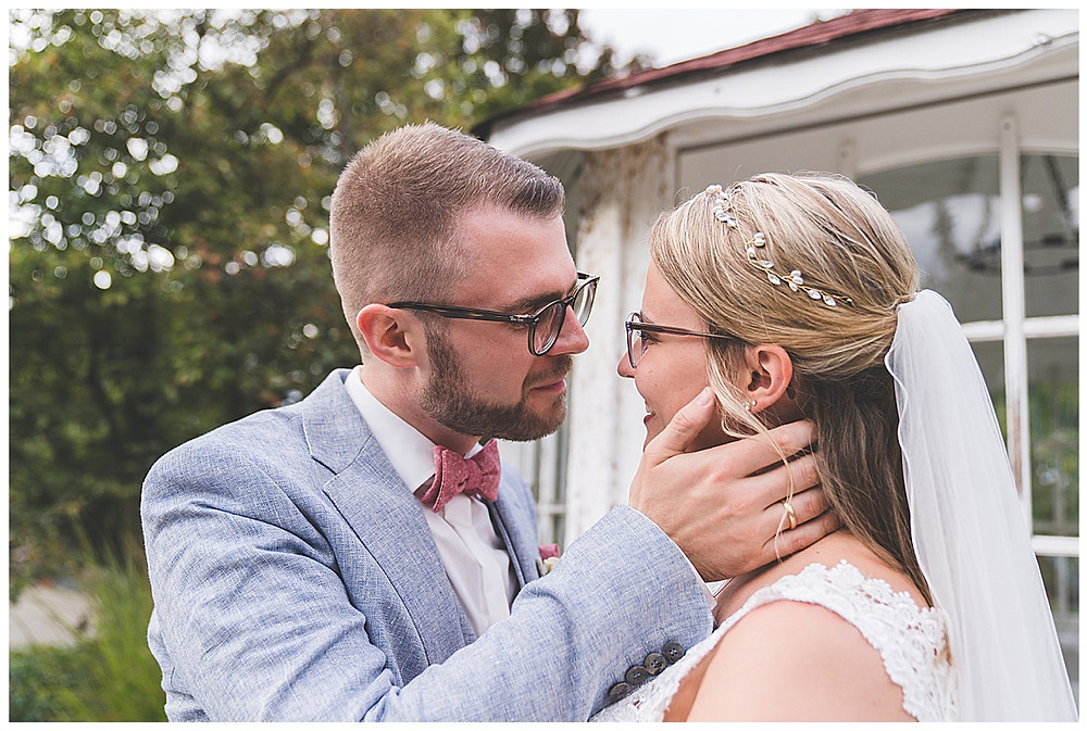 Bräutigam küsst Braut Plan Garten Stuttgart
