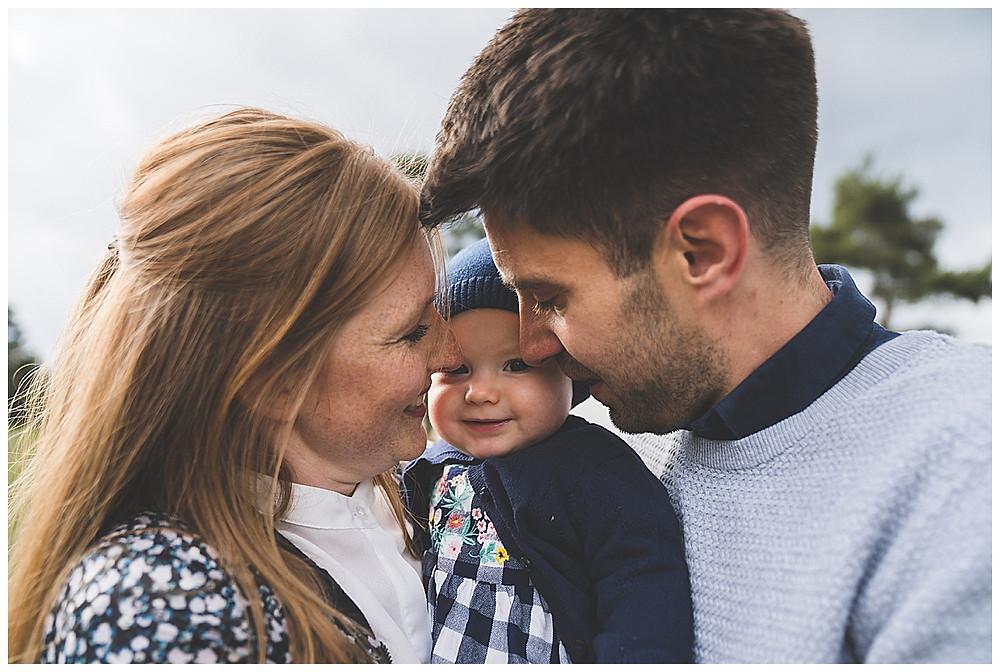 Eltern und ihre Tochter kuscheln