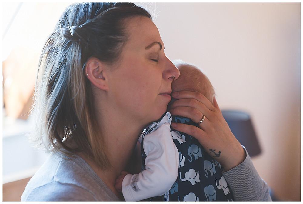 Mama und ihr Baby beim babyshooting in Augsburg