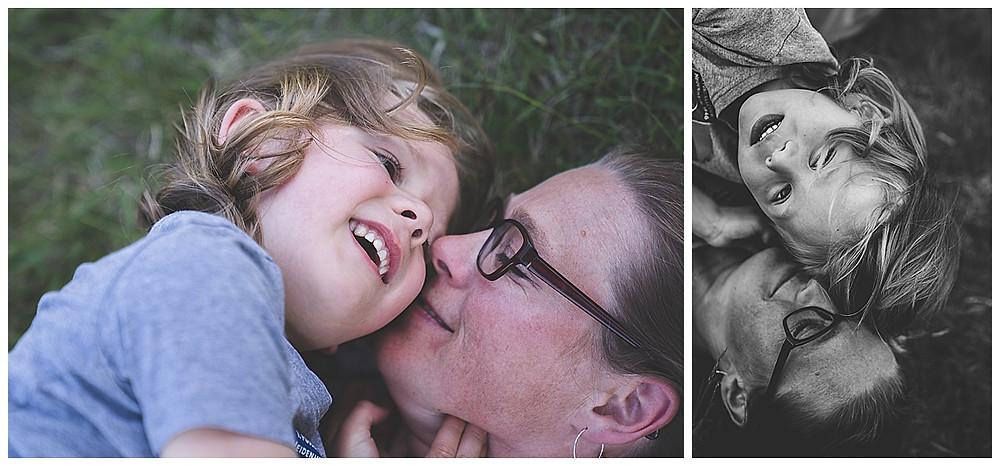 Sohn kuschelt mit Mama beim Familienshooting auf der Heide