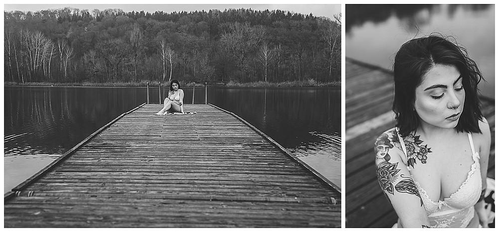Frau sitzt am Steg in Ulm am See beim Boudoirshooting